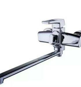 Латунный смеситель в ванную.