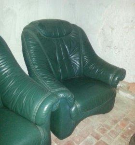Кожаный холл.Диван и два кресла