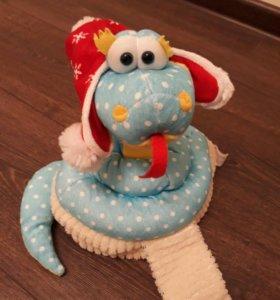 Змея в новогодней шапке