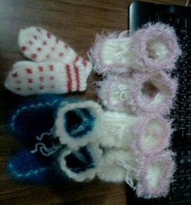 Связанные носочки и варежки для самых маленьких.