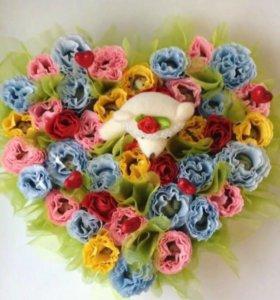 Цветы с конфетами внутри в корзине