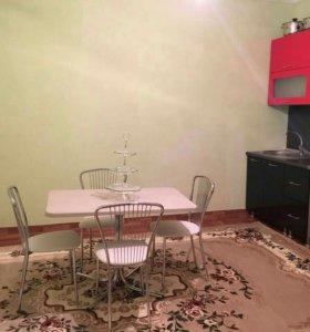 Кухонные стол и стулья