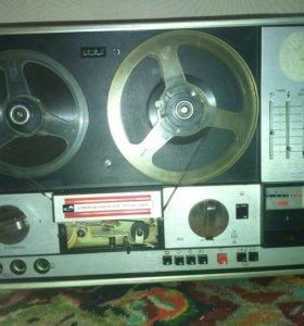 Старый катушечный магнитофон.