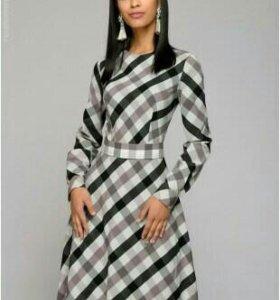 Длинное платье в черно-белую клетку с пышной юбкой