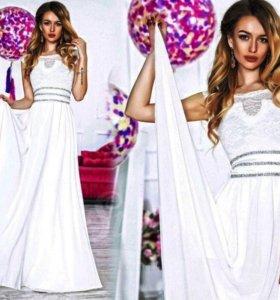 Белое платье в пол.