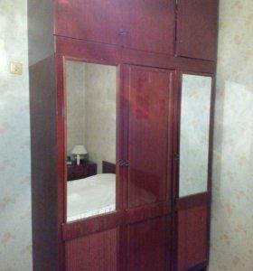 Плательный трехдверный шкаф