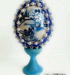 Оплетеное бисером яйцо голубого цвета