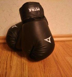 Боксерские перчатки 8 унц ,бинт красные или черные