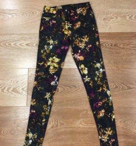 Джинсы с цветочным принтом Zara