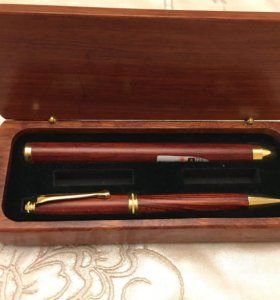 Лазерная указка и шариковая ручка в футляре