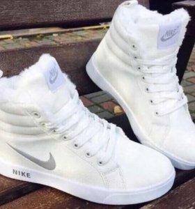 Новые зимние кроссовки 35 размер