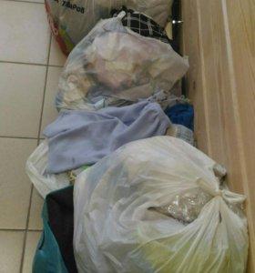 Три больших пакета детской одежды