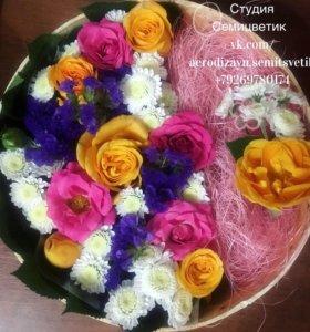 Цветы в коробке с местом для подарка