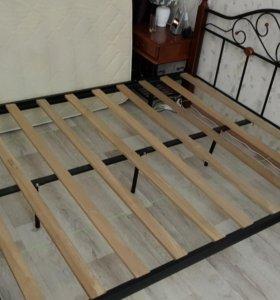Кровать, две тумбы, туалетный столик