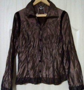 Блузка-жатка с отделкой проймы, рукавов и пуговиц.