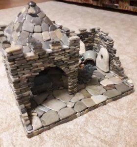 Крепость из камушек с монетами