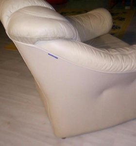 Кожаное мягкое кресло