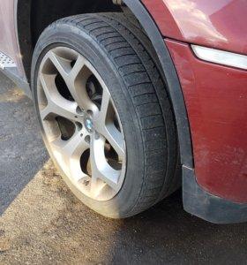 диски с резиной на BMW X6 R20.