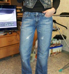Джинсовая жилетка и джинсы Blend