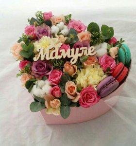 Цветы в коробке с макаронсами