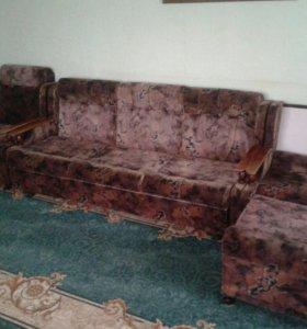 Диван и два раздвижных кресла.