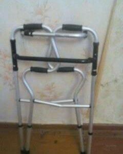 Ходунки для пожилых людей и трость.