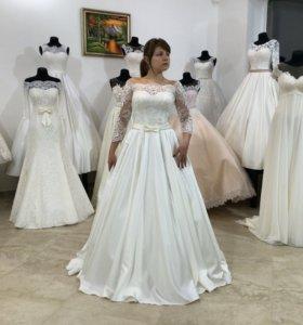 Новинка. Атласное свадебное платье с кружевом