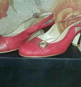 Кожаные красные босоножки 37-го размера
