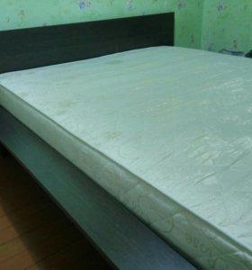 Продаю 2-х спальную кровать с матрасом