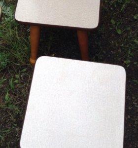 Стол и четыре табуретки
