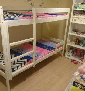 Двухярусная кровать с матрасами.