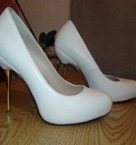 Очень красивые белые туфли 37-38