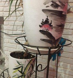 Три керамических горшка с пальмами и цветами