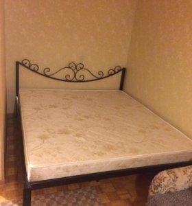 Двух спальная кровать с матрасом,металлическая.