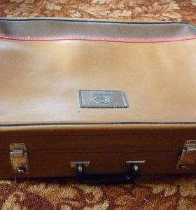 Продам чемодан с замком и с ключом. ТОРГ будет.