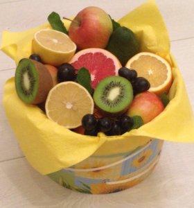 Фруктовая корзина , букет из фруктов и сладостей