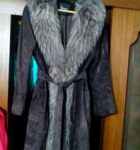 Пальто.Натуральный замш,воротник енот.52 разм.