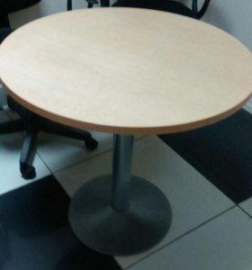 Стол и стеклянный шкаф