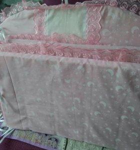 Бортики в кроватку и белоснежный балдахин.