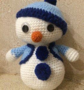 Вязаной новогодний снеговик
