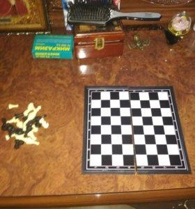 Шахматная доска игра Дженга и наушники