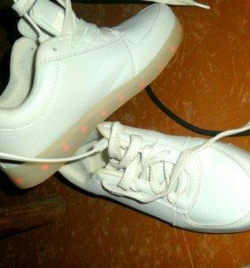 Новые кроссовки со светящейся подошвой
