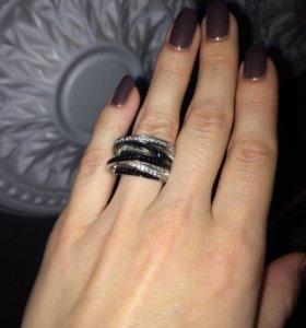 Кольцо объемное с фианитами.