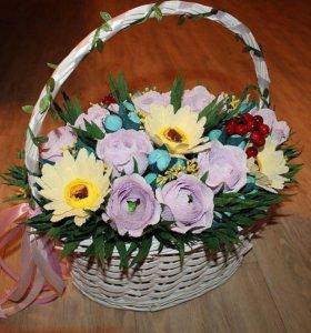 Сладкая композиция, подарок , цветы в корзинке