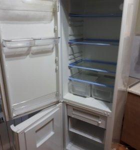 Холодильник Indesit.