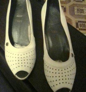 Красивые беленькие кожанные туфельки