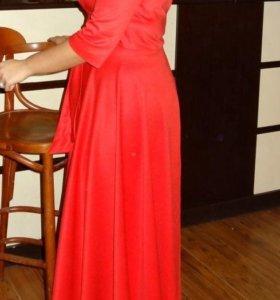 Потрясающее красное платье в пол