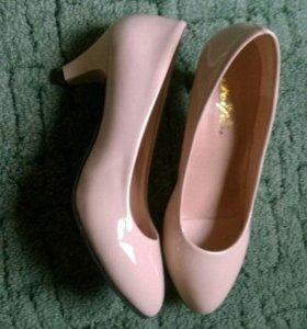 Новые лакированные туфли на маленькую ножку