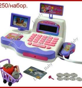 Кассовый аппарат в наборе для игры в супермаркет.