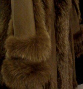 Кожаное пальто с меховой отделкой.